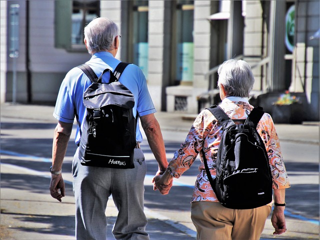 důchodci s batohy
