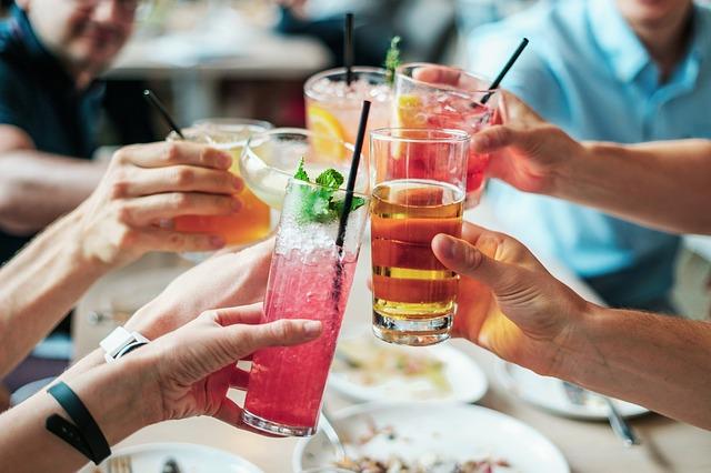 přípitek s drinky