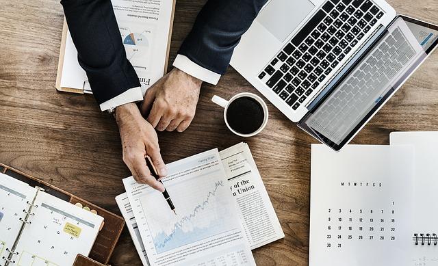 ruce v obleku, pracovní stůl, grafy.jpg