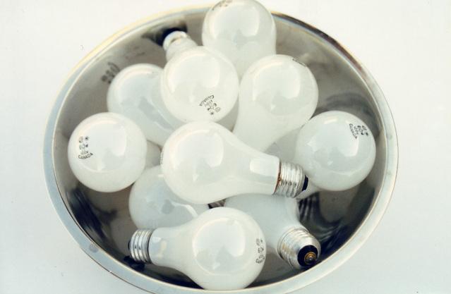 miska plná mléčných žárovek.jpg