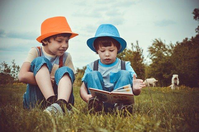 chlapci si prohlíží knih
