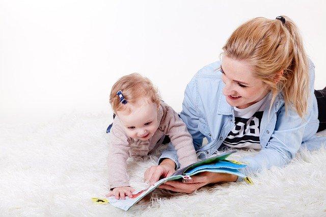 matka ukazuje dcerce knížku